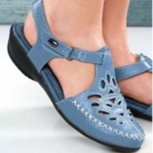 Beacon Leather T-Strap Sandals size 7.5 blue